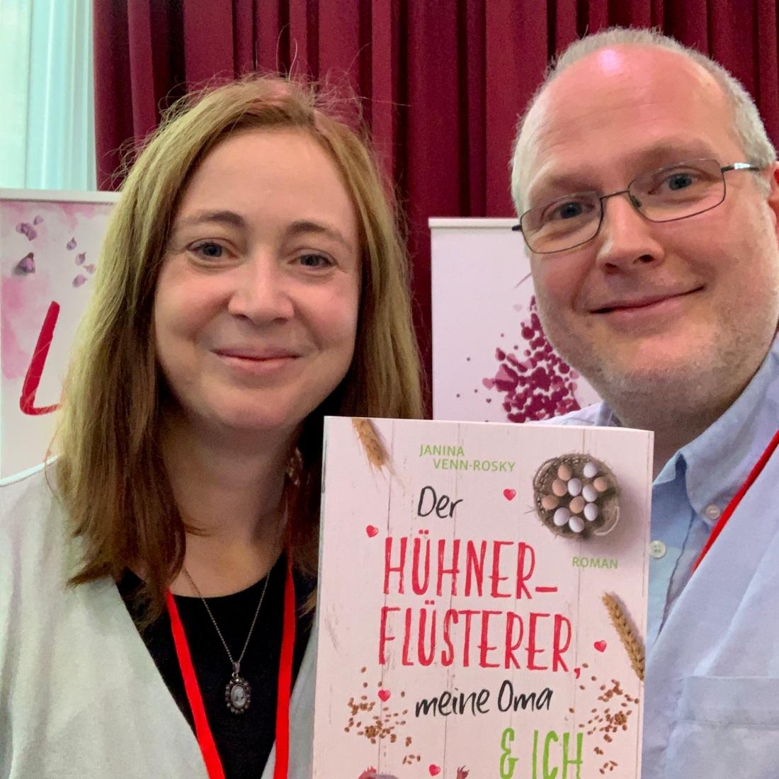 """Janina Venn-Rosky mit ihrem aktuellen Roman """"Der Hühner-Flüsterer, meine Oma und ich"""""""